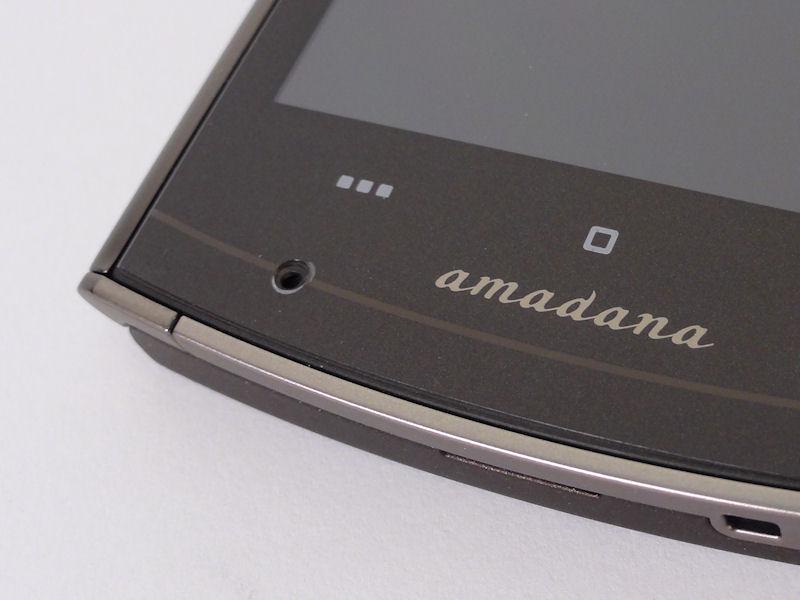 正面下部にマイク。ちなみにamadana以外のモデルは、このロゴがMEDIASになっている