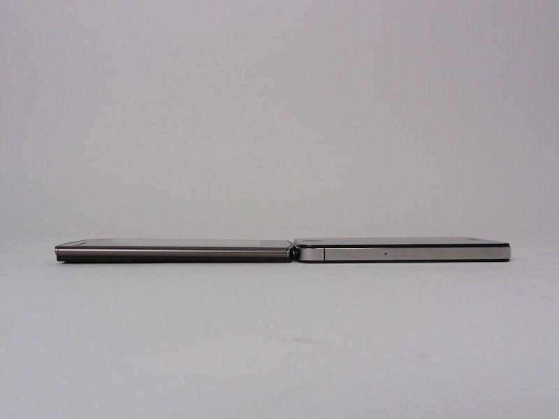 MEDIAS WPは横を一段絞ったような構造なので、際立って薄く見えるが、最厚部は実はiPhone 4の方が0.4mm薄い