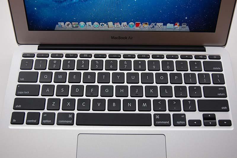 11.6型の新MacBook Airのキーボード。バックライトの復活とLion対応にともなって、ファンクションキーの内容が変わった