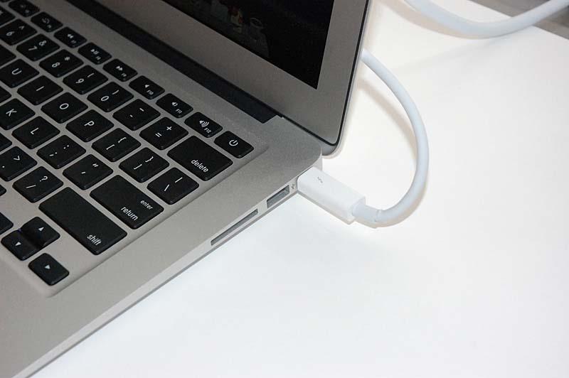 ThunderboltのインターフェイスにApple Thunderbolt Displayを接続。MagSafeのコネクタは反対側になるため、MacBook Airではケーブルで挟むような格好になる