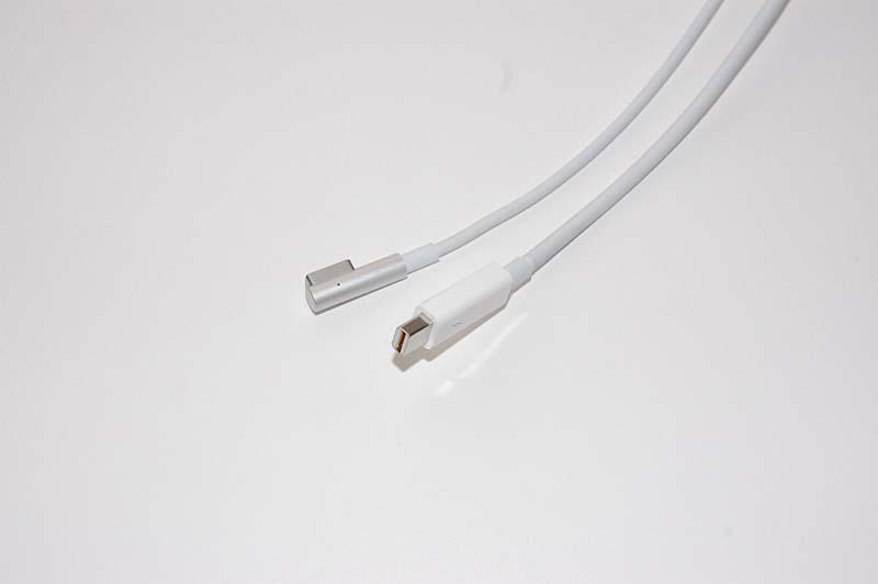 Apple Thunderbolt Displayのケーブル。一端は本体内部に直接つながっており、Macへ接続する側のコネクタはThunderboltと給電用のMagSafeコネクタのみ。