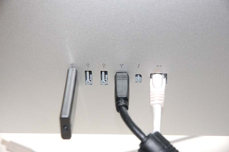 Apple Thunderbolt Displayの背面にあるインターフェイス。左から順に、USB 2.0×3、FireWire 800×1、Thunderbolt×1、Gigabit Ethernet×1。
