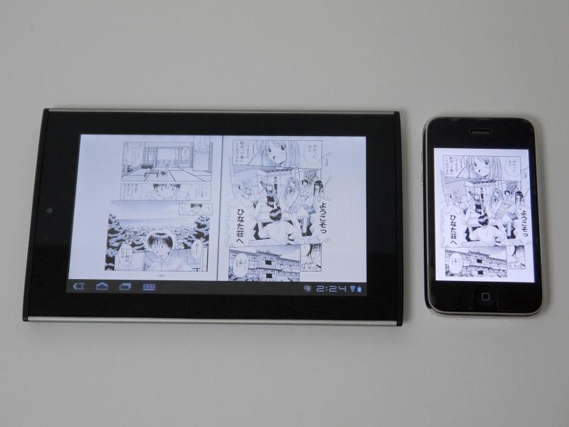 iPhone 3GS(右)との比較。画面には赤松健氏の「ラブひな」をそれぞれ表示している。本製品での見開き表示が、iPhoneの単ページ表示とおおむね同サイズとなる。ワイド画面ということもありiPhoneの3画面ほどはある