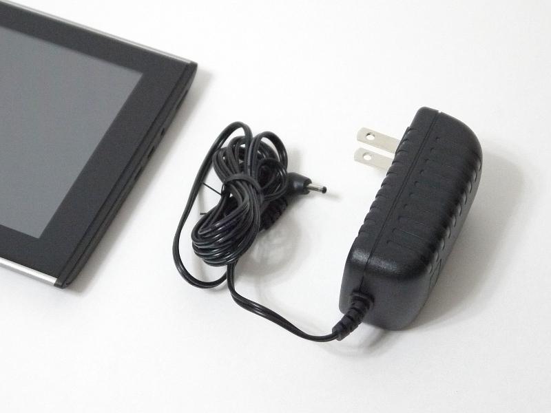 付属のACアダプタ。USBケーブルでの充電には対応しないため、本製品の充電にはこのアダプタが必須となる。サイズが大きいわけではないが、出張などでは事実上携行が必須となるだけに、プラグが折りたためるなどの配慮は欲しかったところだ