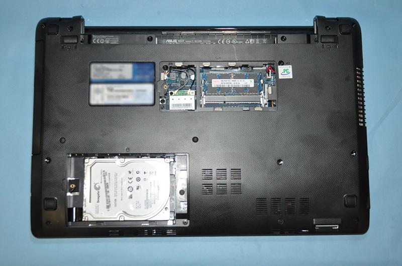 メモリスロットのカバーとHDDのカバーを外したところ