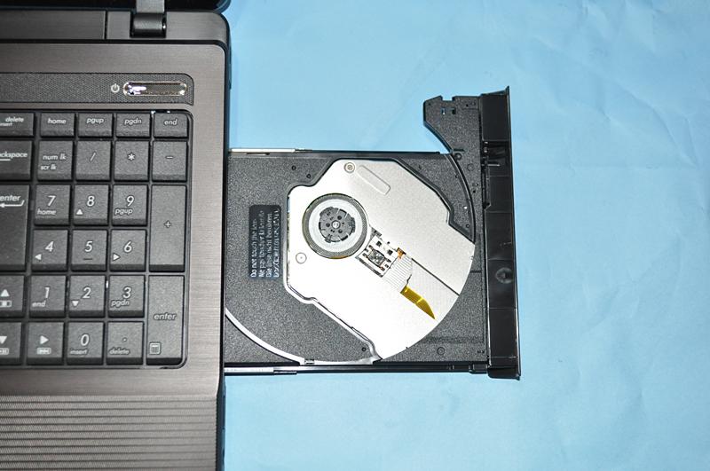 光学ドライブとして、右側面にDVDスーパーマルチドライブが搭載されている