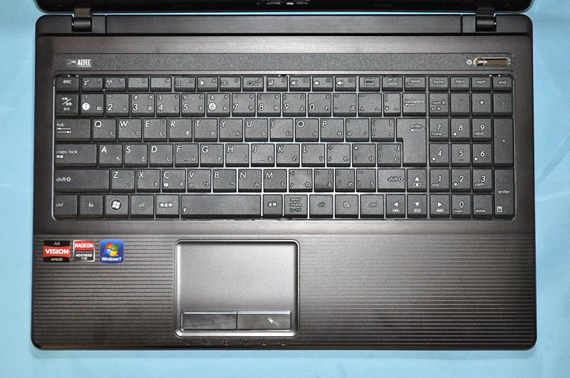 キーボードはテンキーを含む全107キーで、主要キーのキーピッチは約19mmだが、「る」や「め」などの右側の一部のキーのピッチがやや狭くなっている。また、最上段のキーが小さめなのがやや気になる