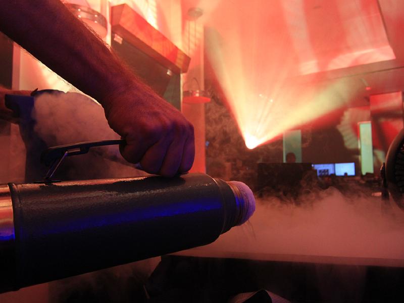 冷却には液体窒素より低温環境を実現できる液体ヘリウムを使用