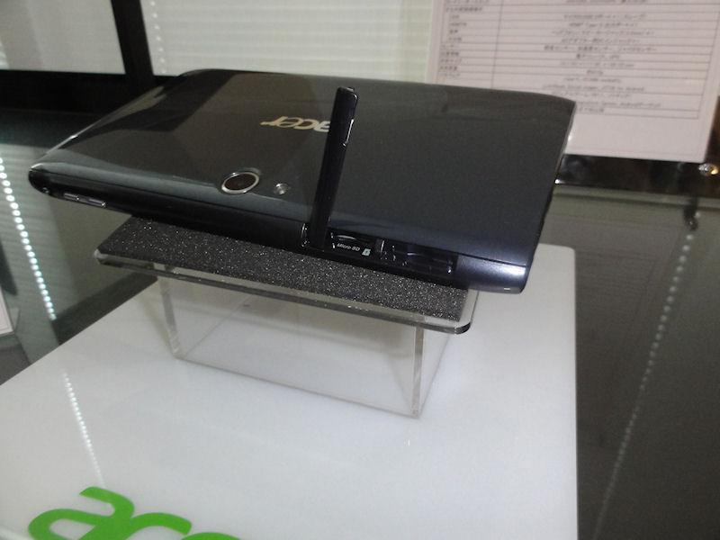 上面に音量ボタン、画面ロックスイッチ、とmicroSDカードスロット
