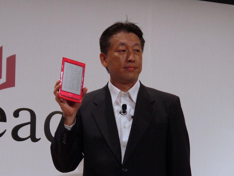 ソニー株式会社コンスーマープロダクツ&サービスグループ VAIO&Mobile事業本部デジタルリーディング事業部長の野口不二夫氏。手にしているのはWi-FiモデルのPRS-T1