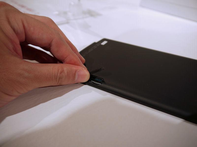 従来モデルではSDカードとメモリースティックPROデュオのデュアルスロットが搭載されていたが、本製品ではmicroSDカードスロットに一本化されている