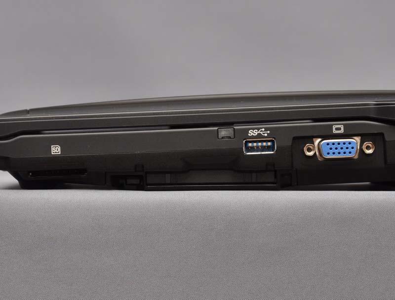 右側面には、SDカードスロット、PCカードスロット、USB 3.0ポート、アナログRGB出力(ミニD-Sub15ピン)を配置