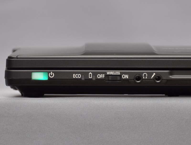 前面左側には、電源スイッチ、無線機能のON/OFFスイッチ、ヘッドフォン・マイク端子を配置