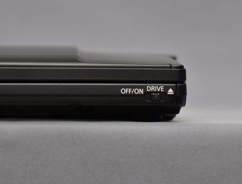 前面右側には、DVDスーパーマルチドライブの電源・イジェクトスイッチがある