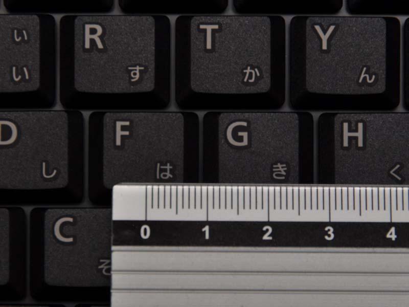 キーピッチは横が約19mm、縦が約16mmと長方形。タッチは軽めだがクリック感はしっかりしている