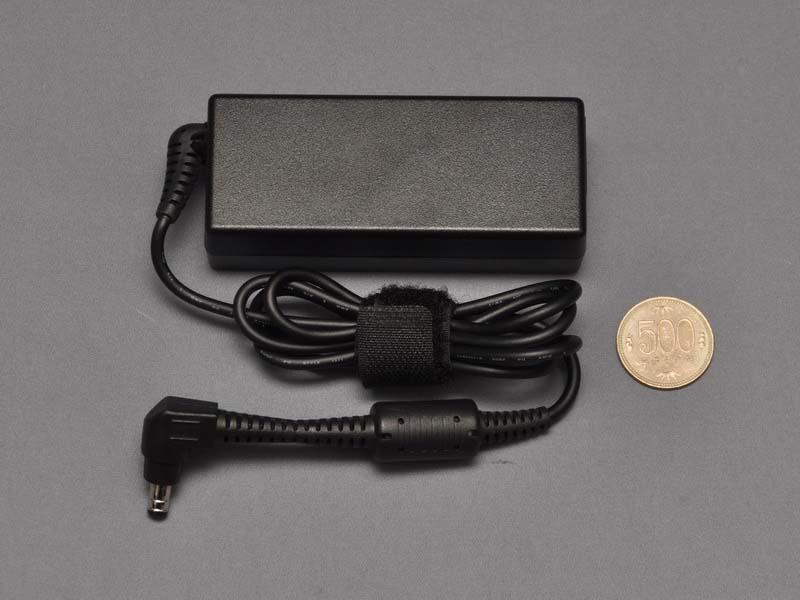 小型のACアダプタが付属。本体と同時に持ち歩く場合でも苦にならないが、バッテリ駆動時間が長いため、1日の外出ならACアダプタは不要だ
