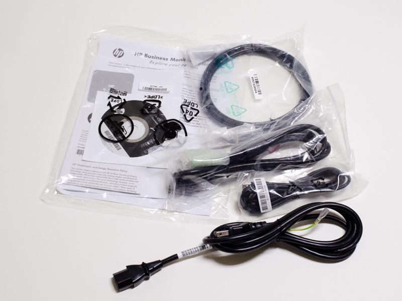 付属品。ソフトウェアCD、DisplayPortケーブル、DVIケーブル、USBケーブル、電源ケーブル