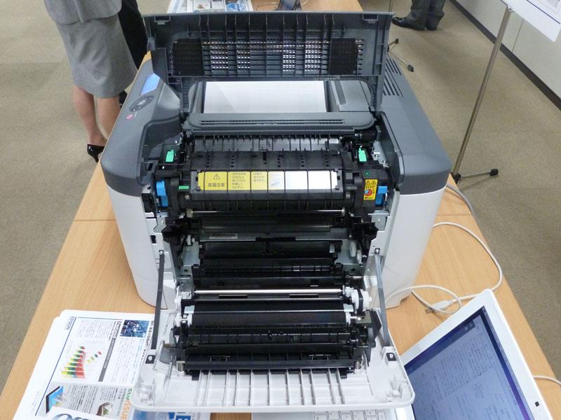 LP-S820のサイドパネルを開けた状態。紙の通路に手が届くのでジャム(紙詰まり)時には回復が楽そうだ。黄色く注意が書かれているのは「定着ユニット」で10万枚ごとに交換。定着ユニットは機種によってはサービスマン対応なので、ユーザーが交換できるのは便利