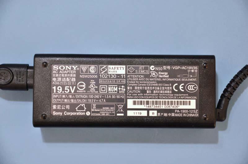 ACアダプタの出力は19.5V/4.7Aで、90Wクラスだ