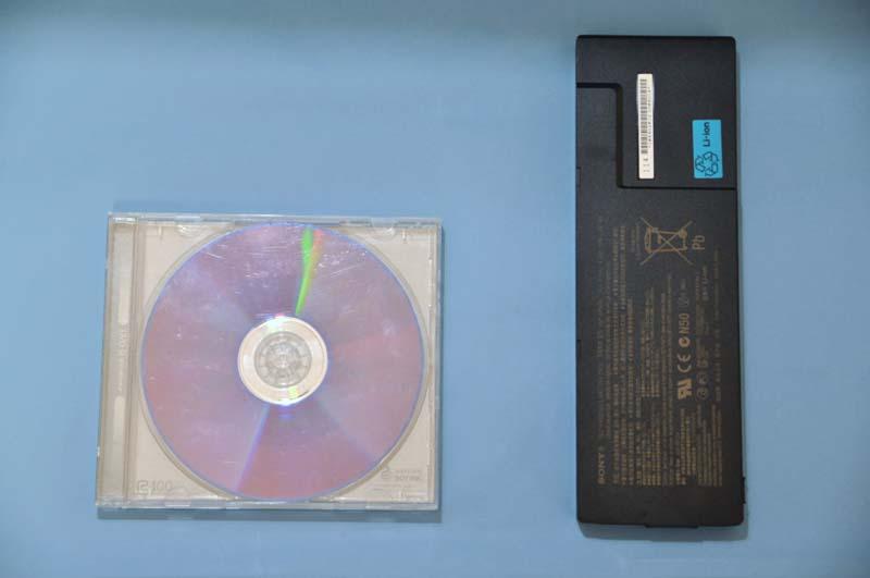 CDケース(左)とバッテリのサイズ比較