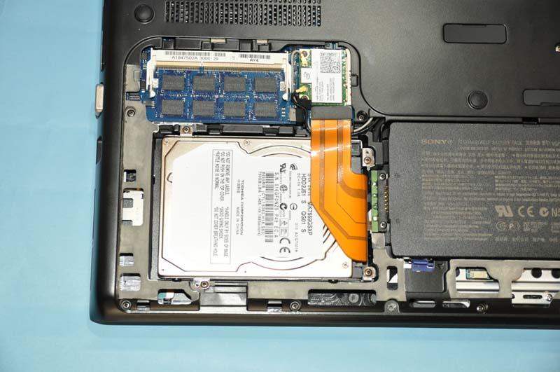 メモリスロットやバッテリなどのカバーを外したところ。店頭モデルでは、標準で4GBのメモリが実装されているが、SO-DIMMスロットは2基用意されており、最大8GBまで増設が可能。HDD換装も容易だ