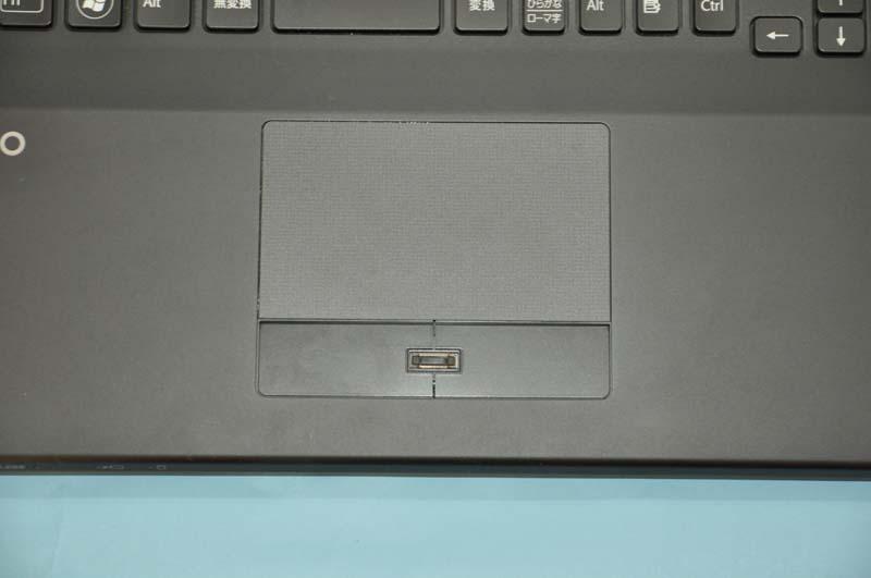 ポインティングデバイスとして、タッチパッドを搭載。サイズも比較的大きく、操作性は良好だ。ジェスチャー操作にも対応する。左右クリックボタンの中央には指紋センサーが用意されている