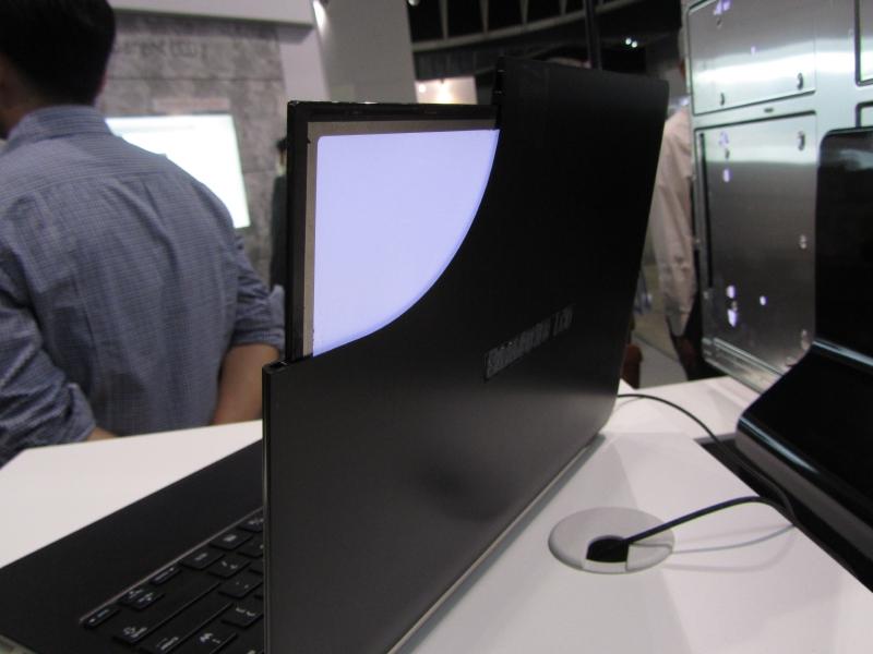 液晶フレームの角が切り取られており、内蔵しているディスプレイの薄さを確認できる