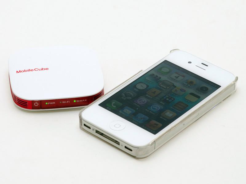 iPhone 4Sと比較して幅が少し広く、奥行きは半分と言ったところ。非常にコンパクトだ