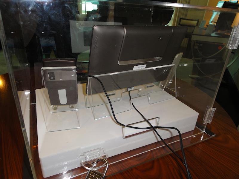 液晶ドックにはめることでタブレットになるスマートフォン「Padfone」も展示。COMPUTEXと違い、動作するモデルだったが、ケースに収められ、担当者も不在だったため詳細は不明