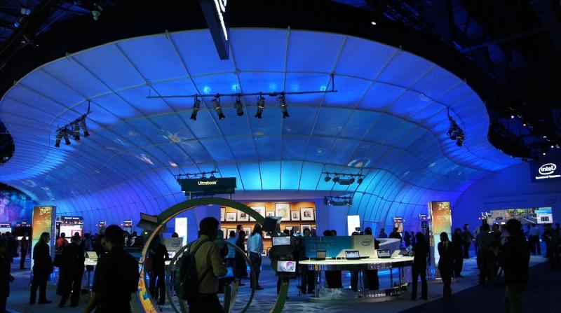 Intelのコーポレートカラーであるブルーをイメージしたブース。主な展示物はUltrabook