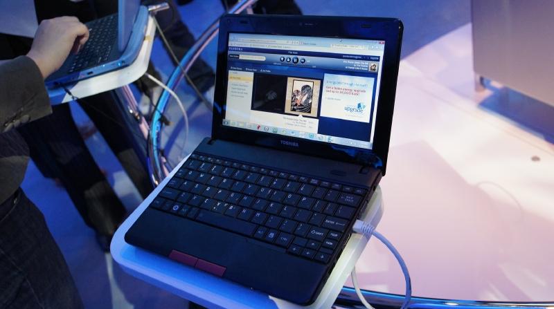 東芝のAtom N2800搭載ネットブック。HDMIポートが用意されており、TVなどに接続して利用することができる