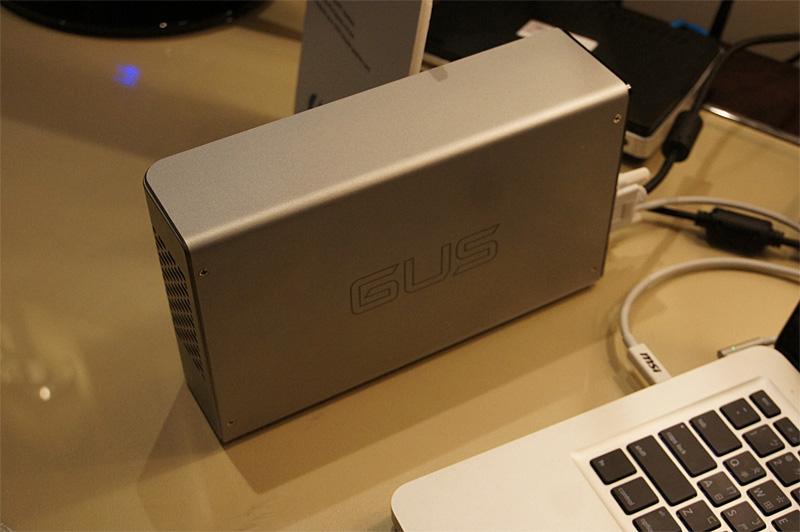 """MSIが展示したThunderbolt対応の外付けGPUユニット「GUS II」。詳細は<a href=""""http://pc.watch.impress.co.jp/docs/news/event/20120111_503508.html"""">別記事</a>にも掲載されている。デモ機としてはMacBookが使われているが、実働デモはBootCampによるWindows環境で行なわれていた。dGPUのない製品(例えばMacBook Air)のグラフィック表示能力を強化できるが、Mac OS環境に対応するかどうかは明らかにされていない。(撮影:笠原一輝)"""