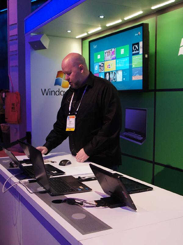 CESでのMicrosoftによるWindows 8のデモ。デモに利用されていたのはいずれもIAベースのタブレットやノートPCだった