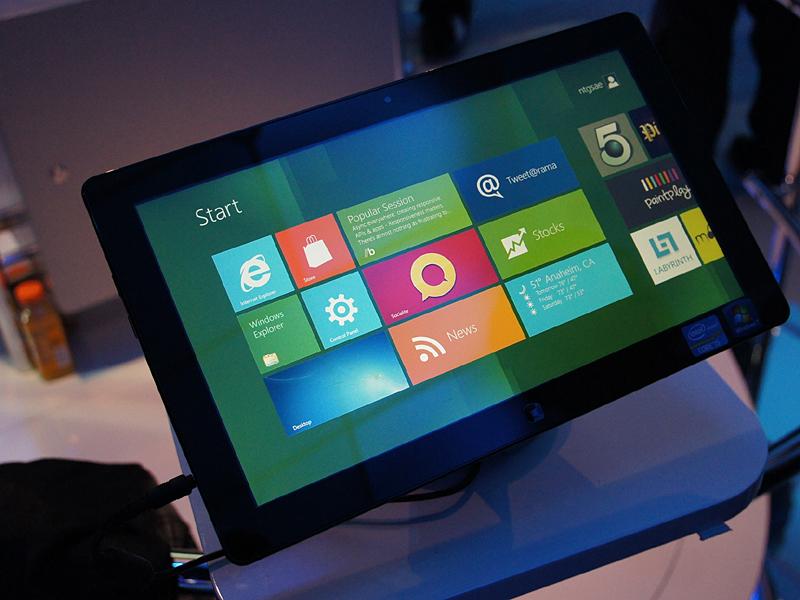 IntelブースではClover Trail+Windows 8のタブレットが触れる状態で公開されていた