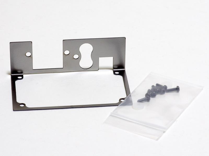 リアパネルキット。リアパネルと端子を固定するネジとワッシャーがセット。基板側を固定するのはアンプに付属していたネジを使うが、約2mm短くなるため長いものも4本入っている