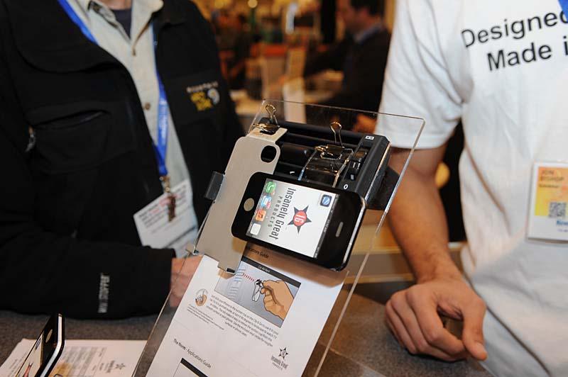 書類をとめるクリップを利用したiPhone 4/4S対応のカーマウントアダプター