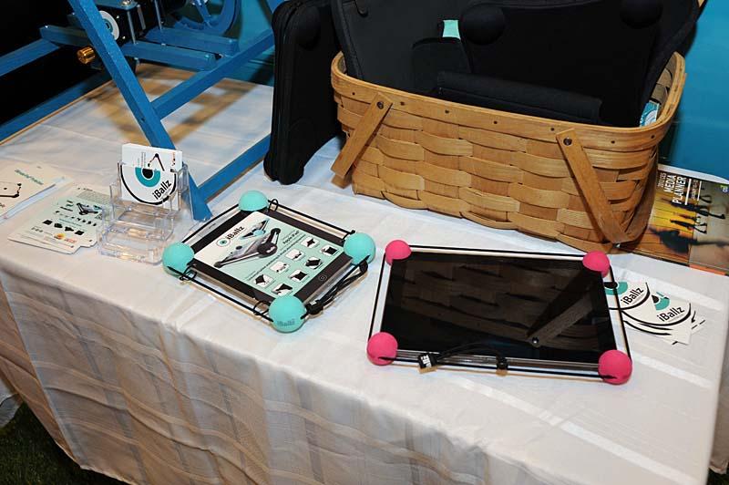 主に幼児から低学年の教育市場をターゲットにしたタブレット用のバンパー「iBallz」。角のボールはゴム紐で連結されている
