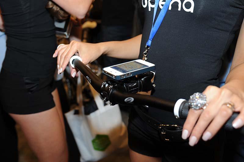 iPhone 4/4Sに対応するマウントシステム「QUAD LOCK」。写真は自転車に取り付けるユニットで、他に車載用や室内用のアダプタもある