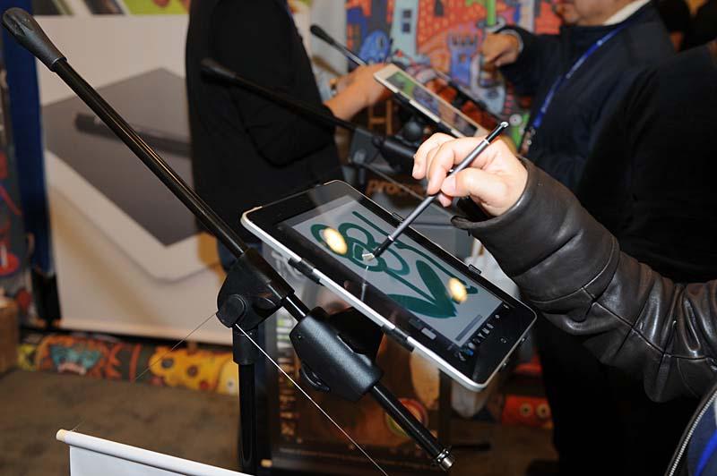 ペン先がブラシ状になっているスタイラス「nomadbrush」。対応appを使うと筆のような入力が可能