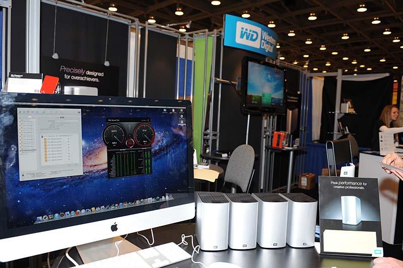 Western DigitalによるThunderbolt対応ストレージの展示。3.5インチの3TB HDDを2基搭載する製品「MyBook Thunderbolt Duo」を4台デイジーチェーンで接続。理論上24TBの単一ボリュームとしてデータ転送を行ない、理論値にかなり近いリード約750MB/sec、ライト約640MB/secを達成