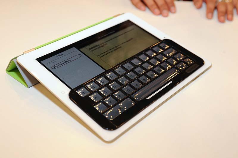 iPadの英語キーボード配列に対応するキーボードカバー「iKeyboard」。装着してタイピングするとクリック感のある入力が可能になる
