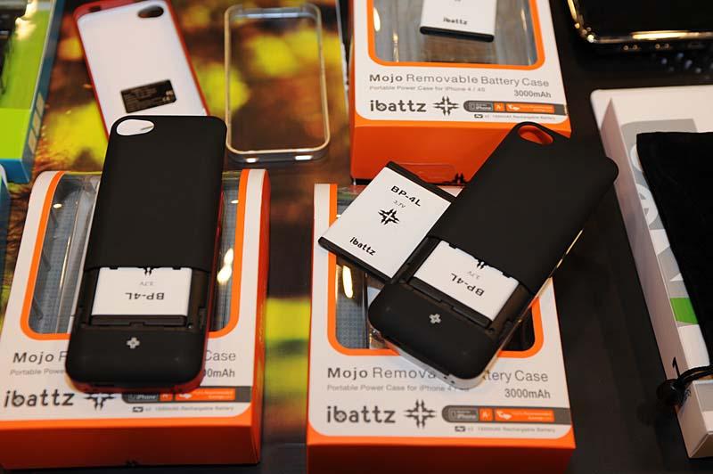バッテリパックが交換できるiPhone 4/4S用のパワージャケット「ibattz」。1個あたり1,500mAhの容量を2個パッケージにすることで計3,000mAhになるとのこと