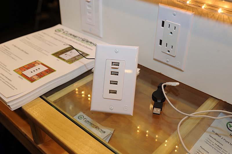 各社から出ているウォールコンセントからUSB出力をとるパネル。コンセントにUSBポートを追加するタイプに加えて、USBポートだけの製品も登場した