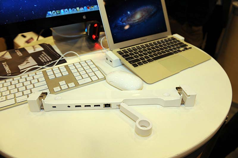 現行のMacBook Airに対応するドック「LANDING ZONE」。4ポートのUSB HubとLAN端子、Mini Dispayport、Kensingtonロックを拡張できる。
