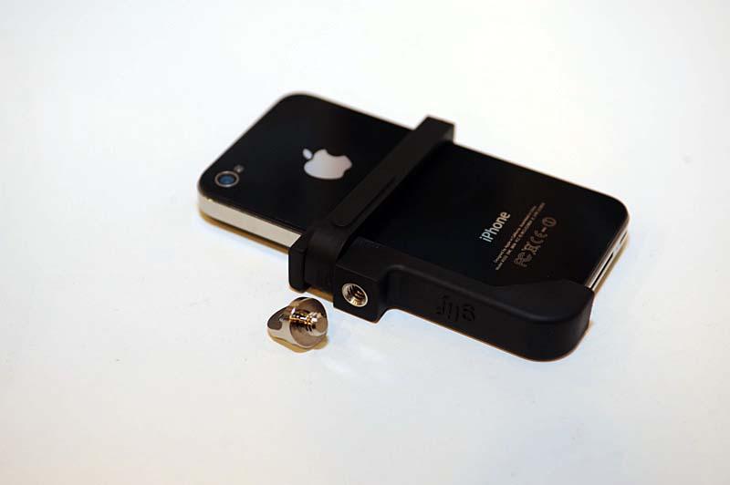 iPhone 4/4S対応の三脚座「Grif」に追加アイテムが登場。しっかりした固定に使える「Serif」と、ネジ穴に付けてキーホルダーにする「Ligature」