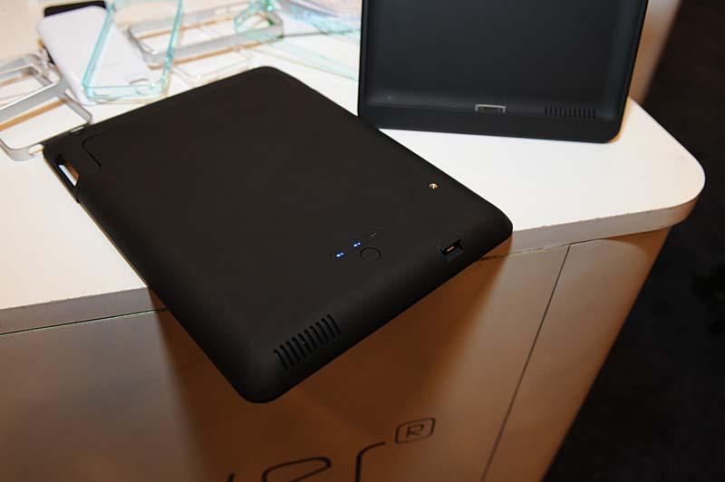 CasePowerによるiPad2対応のパワージャケット。容量は9,000mAh