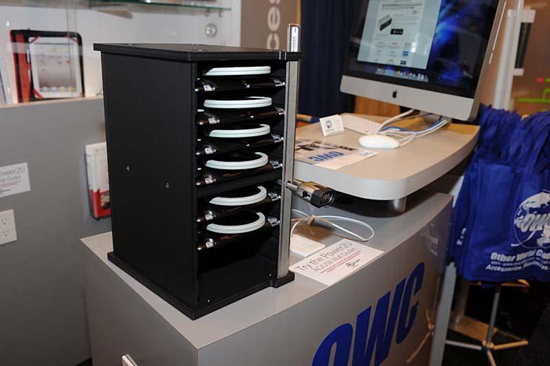 OWCが出展した最大8台のiPad充電・同期に対応するNewerTechnologyブランドのドック「GripStand Station」