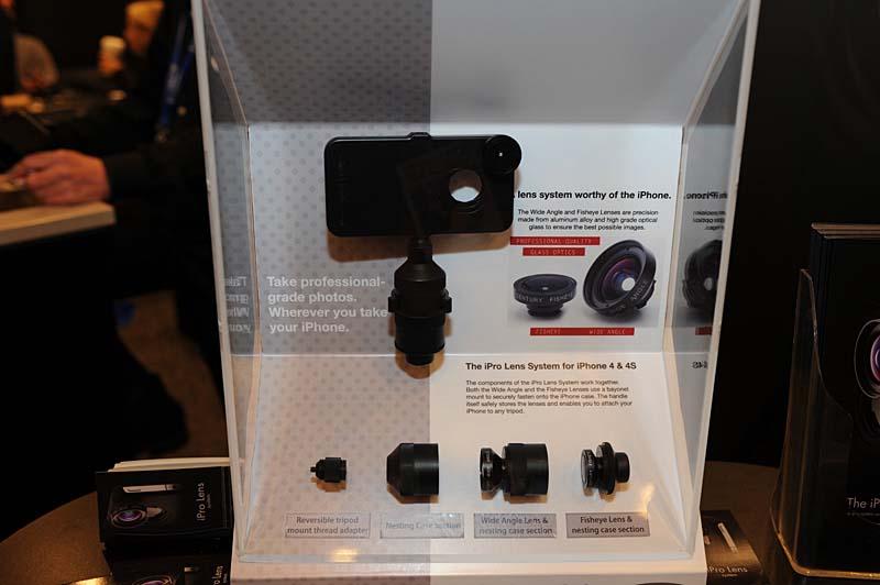 iPhone 4/4S対応のワイド、魚眼のコンバータレンズユニット「The iPro Lens」。使わないコンバータレンズは雲台部分に収納できる