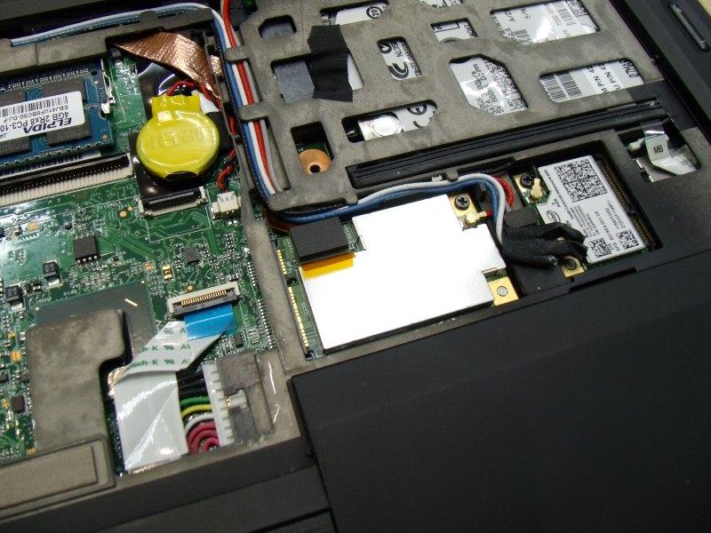 実際にThinkPad X1 Hybridに組み込まれた状態。Mini PCI Express以外にフラットケーブルが見える
