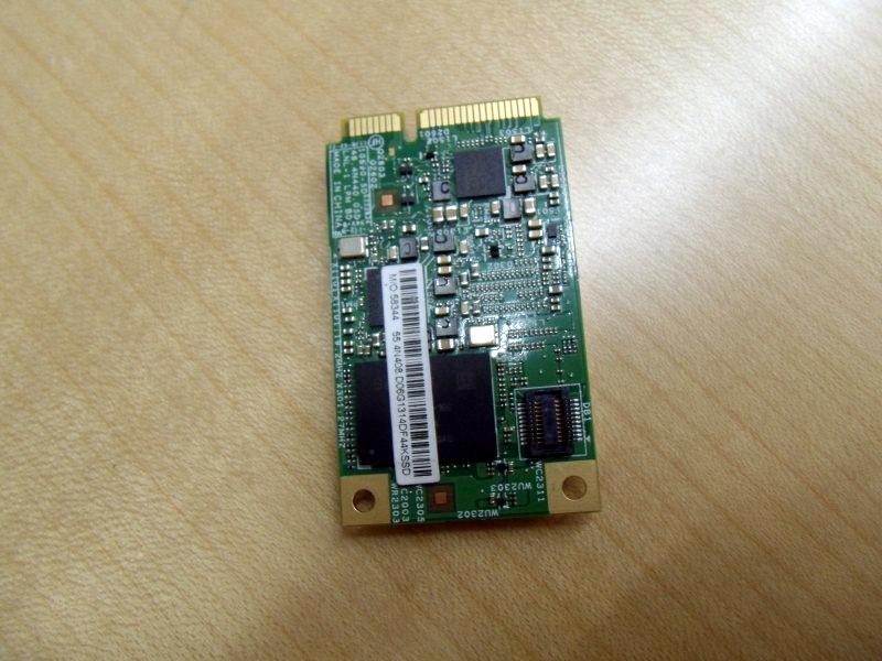 モジュールの裏。Sandisk製の16GB NANDフラッシュが見える